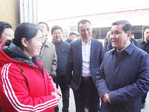 Vice Governor Wu Guoding visited the stalls in Zone B6 of Chenshi Sunshine Wanbang to investigate the supply of fruits during the
